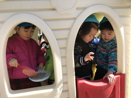 今日は、幼稚園へ遊びに行きました。2回目だったので、少しは慣れてきたようで、みんな、のびのびと遊んでいました。