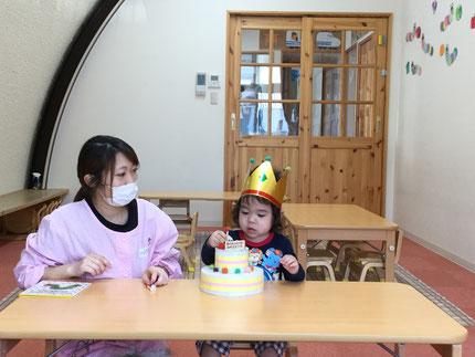 今日は、ほしぐみのけいごくんのお誕生日会をしました。けいごくんは、26日で3歳になりました。みんなから、♪ ハッピーバーズデイ ♪ の歌とケーキのプレゼント。けいごくん、お誕生日おめでとう !