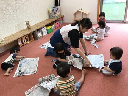 ひかりぐみさん、そらぐみさんも新聞紙で遊びました。新聞紙の感触はどうだったかな?