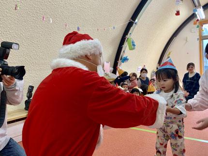 サンタさんが、プレゼントをくれました。みんな、とても嬉しそう  でした。みんなの家にも、サンタさんが来るといいね!