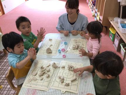 今日から11月ですね ! 少しずつ寒くなってきました。今日は、お部屋で遊びました。ほしぐみさんは、粘土で遊びました。大好きな粘土。みんな、楽しそうに遊んでいました。