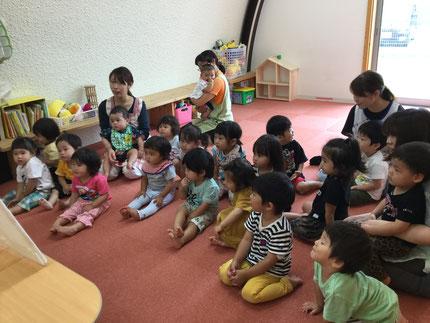 お楽しみ会は、先生がパネルシアターを見せてくれました。みんな、真剣に見ていました。