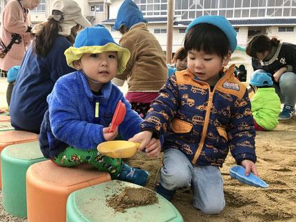 今日は、みんなで高浜幼稚園に遊びに行きました。広い園庭で砂遊びや滑り台をしました。