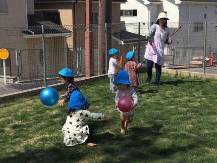 新年度が始まりました。子どもたちは、少しずつ園生活にも慣れてきたようです。今日、ほしぐみさんはテラスで遊びました。ボールで遊んだり、先生がシャボン玉を吹いてくれたり… 楽しそうに遊んでいました。