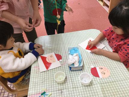 今日、ほしぐみさんはサンタさんを作りました。体は、折り紙で折って作り、顔に目や口を描きました。