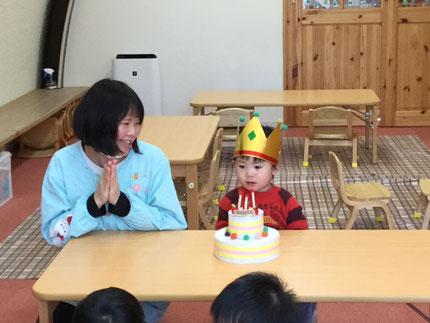 今日は、ほしぐみのりょうくんのお誕生日会をしました。りょうくんは、11日で3歳になります。みんなから、♪ ハッピーバーズデイ ♪ の歌とケーキのプレゼント。りょうくん、お誕生日おめでとう !