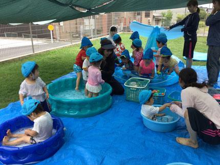 毎日、暑いですね。暑い日は、プールが一番 ! 今日は、プール遊びをしました。