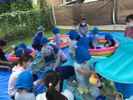 毎日暑い日が続いていますが、プール遊びが大好きな子どもたち!ジョウロやペットボトルで作った、ペットボトルシャワーで水が流れるのを見たり、手足にかけて楽しんでいます。