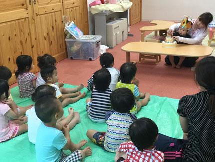 お楽しみ会は、♪ くいしんぼうのゴリラ ♪ の歌のペープサートを、先生がやってくれました。みんな、ゴリラのまねっこをして遊んでいましたよ !