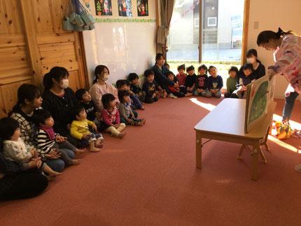 お楽しみ会は、先生が大きな絵本を読んでくれました。はらぺこあおむしの絵本で、あおむしが出てきて、みんなびっくりしていました。楽しかったね !