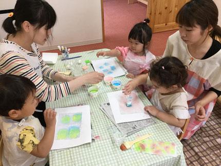 ほしぐみさんは、絵の具で遊びました。ポンポンポンと、たくさん絵の具をつけていました。