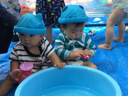 そらぐみさんも、水遊びをしました。水遊びのおもちゃで遊んでいました。