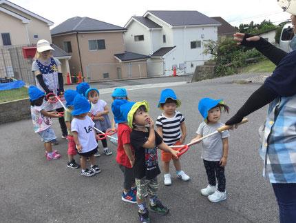 ほしぐみさんは、、誘導ロープを使って歩く練習をしました。みんな、上手に歩いていましたよ。歩いてお散歩に行ける日も近いかな・・・   楽しみですね !