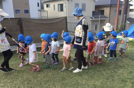 ほしぐみさんは、テラスで誘導ロープを持って歩く練習をしました。初めての誘導ロープで、みんな少しドキドキ。しっかり握って「1、2、1、2」と、先頭の先生の後ろをしっかり歩くことができましたよ!