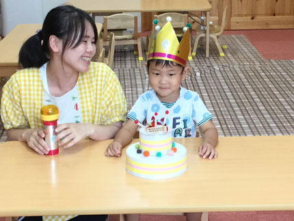 今日は、ほしぐみさんのつむぐくんの、お誕生日会をしました。つむぐくんは、今日で3歳になりました。みんなから、♪ ハッピーバーズデイ ♪ の歌とケーキのプレゼント。つむぐくん、お誕生日おめでとう !