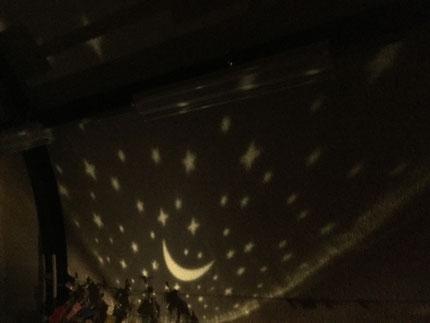 「たなばたさま」の歌を歌ったあとは、プラネタリウムを見ました。天井や壁に映ったお星様を見て、「わあ〜!きれい!」と驚いた様子の子ども達でした。