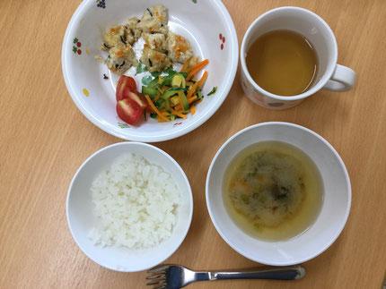 今日の給食に、子どもたちが育てた野菜を、調理員さんが入れてくれました。ミニトマト、きゅうり、なすが入っていました。