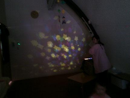 先生が、七夕のお話のペープサートをしてくれました。その後にプラネタリウムを見せてくれました。とてもきれいな星に、子どもたちは、喜んでいました。