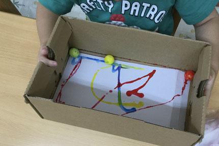 ほしぐみさんは、コロコロアート遊びをしました。箱の中に入った白い紙の上に、絵の具のついたスーパーボールをコロコロと転がしていました。ボールが転がった所には、絵の具で道ができていて素敵なアートになりました!