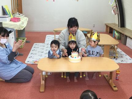 今日は、ほしぐみのやまとくん、そらぐみのしゅんくん、ひかりぐみのあんちゃんのお誕生日会をしました。やまとくんは4日で3歳、しゅんくんは6日で1歳、あんちゃんは今日で2歳になりました。みんなから、♪ ハッピーバーズデイ ♪の歌とケーキのプレゼント !   お誕生日、おめでとう !