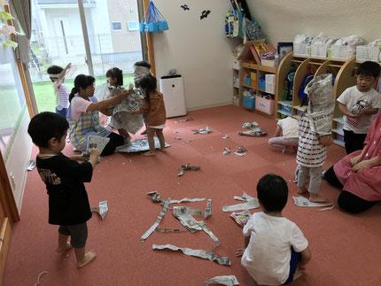新聞紙遊びでは、いろいろと変身して遊んでいました。