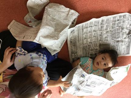 そらぐみさんも、新聞紙で遊んでいましたよ。