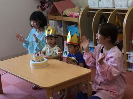 今日は、ほしぐみのかいとくん、とあくんのお誕生日会をしました。かいとくんは12日、とあくんは18日で3歳になりました。みんなから、♪ ハッピーバーズデイ ♪の歌と、ケーキのプレゼント。かいとくん、とあくん、お誕生日おめでとう !