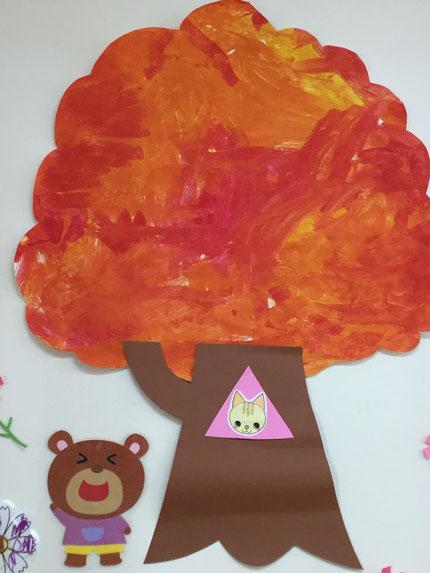 みんなが塗ったものは、木に変身しました。きれいな、紅葉ですね !
