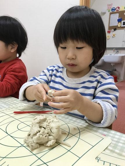今日はほしぐみさんは、粘土遊びをしました。とても真剣に、いろいろなものを作っていました。みんな、粘土遊びが大好きです !