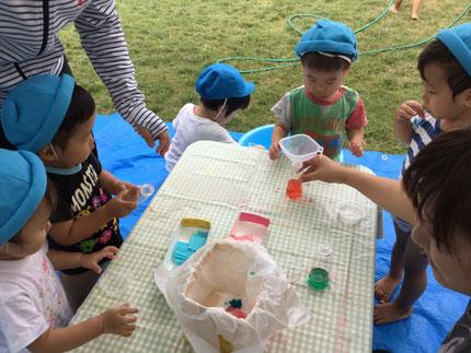 8月になりました。まだまだ、暑いですね。子どもたちは、水遊びを楽しんでいます。きょうは、色水遊びをしました。