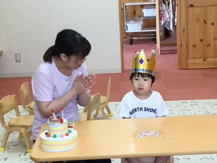 今日は、ほしぐみのあおくんのお誕生日会をしました。あおくんは、25日で3歳になりました。みんなから、♪ ハッピーバーズデイ ♪ の歌とケーキのプレゼント。あおくん、お誕生日おめでとう !
