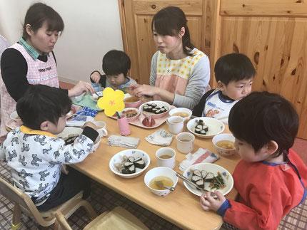 給食は、みんなで会食をしました。0歳、1歳、2歳のお友達が混ざったグループで食べました。みんなで食べると、おいしいね !