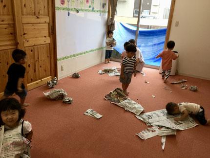 ほしぐみさんは、新聞紙遊びをしました。新聞紙を破ったり、丸めたりと楽しんでいました。