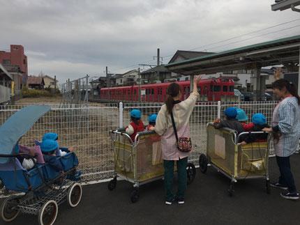 電車も見ました。みんな、大喜び ! お散歩、楽しかったね !