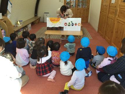 お楽しみ会は、先生が『はらぺこあおむし』の大きな絵本を読んでくれました。みんな、真剣に見ていました。