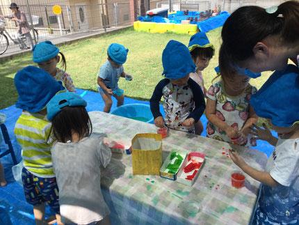 みんな、いろいろな色の色水を真剣に作っていましたよ。できた色水を見て、喜んでいました。楽しかったね !