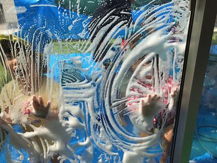 窓も、あわあわになりました。あわ遊び、楽しかったね !
