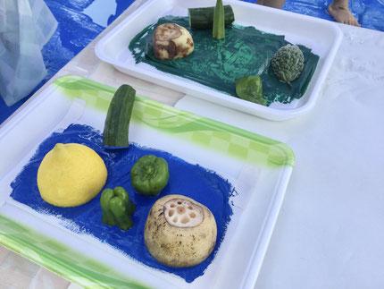 今日は、夏野菜やいろいろな野菜を使った野菜スタンプ遊びをしました♪レモン、きゅうり、ピーマン、レンコン、オクラ、ゴーヤなどたくさんの野菜たち、どんなスタンプになったのかな?