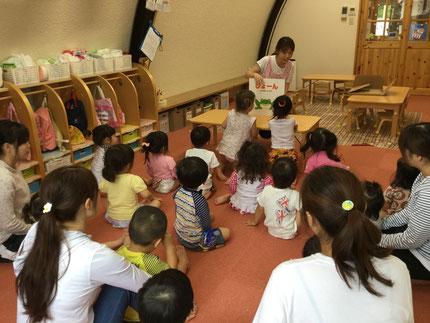 お楽しみ会は、先生が大きい絵本を読んでくれました。『ぴょーん』という絵本で、みんなで絵本のまねっこをしていました。楽しかったね !