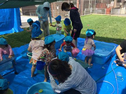 バケツやいろいろなおもちゃで、遊びました。水遊び、楽しいね !