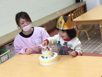 今日は、ほしぐみのゆきあちゃんのお誕生日会をしました。ゆきあちゃんは、今日で3歳になりました。みんなから、♪ ハッピーバーズデイ ♪の歌とケーキのプレゼント。ゆきあちゃん、お誕生日おめでとう !