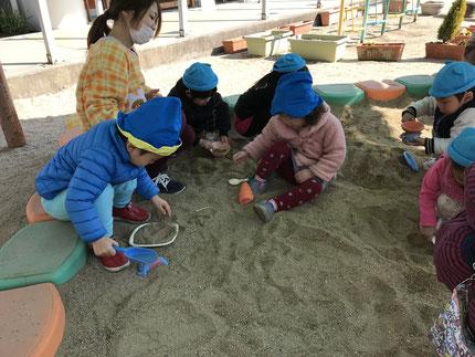 幼稚園は、大きな砂場があったり、遊具がいっぱいありました。幼稚園のお兄さんやお姉さんにも、遊んでもらいました。楽しかったね !