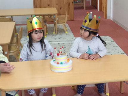 今日は、ほしぐみのことはちゃんとくれあちゃんの、お誕生日会をしました。ことはちゃんは14日、くれあちゃんは15日で3歳になります。 みんなから、♪ ハッピーバーズデイ  ♪の歌とケーキのプレゼント。  お誕生日おめでとう !