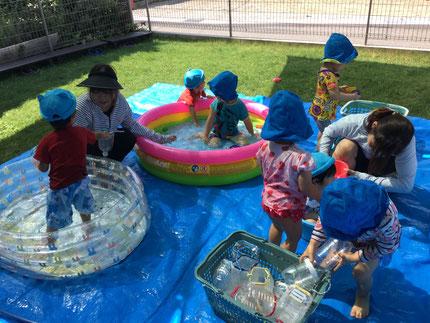 毎日、暑い日が続きますね ! 子どもたちは、プール遊びを楽しんでいます。