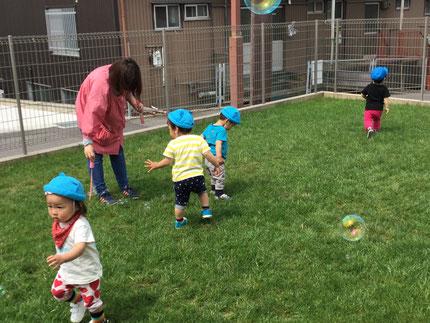 今日は、そらぐみさんとひかりぐみさんは、テラスで遊びました。シャボン玉で遊んだり走ったりして、みんな自由に遊んでいました。