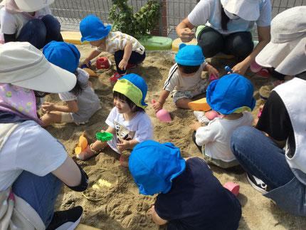 今日は砂場遊びをしました。アイスクリームのコーンのカップに、砂を入れて「アイス!」と見せてくれ、食べる真似をしている子もいました。動物の型に砂をぎゅ〜っと詰めて、ひっくり返そうとしている子もいたり、動物の名前を嬉しそうに教えてくれたりしました。