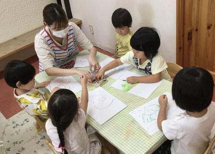 好きな色を使って絵を描いて、手に色がついたのを手洗いする時に見て、驚いていた子もいました。「みどり〜みどり〜いぇいいぇい!」と即興ソングを作ってる子もいて、思わずクスってしてしまいました♪