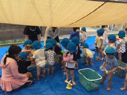 今日から水遊びが始まりました。今年度初めての水遊びでしたが、水を怖がる子もほとんどおらず、みんな楽しんでいました。