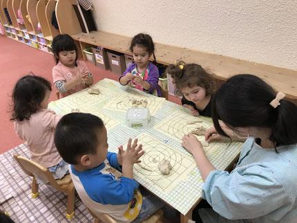 今日は、雨・・・ お部屋で遊びました。ほしぐみさんは、粘土遊びをしました。みんな、いろいろ作って楽しんでいました。