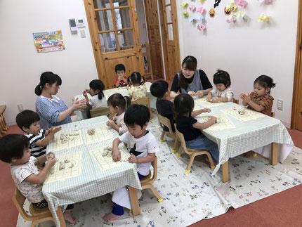 ほしぐみさんは、粘土遊びをしました。みんな、真剣に粘土で遊んでいました。